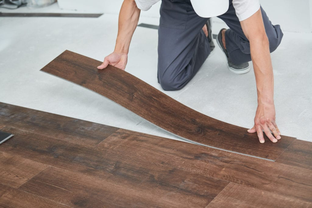 mẹo thi công sàn nhựa tự dính giả gỗ bền và đẹp - tư vấn từ chuyên gia